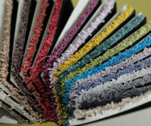 Teppichmuster, die in Mustermappen konfektioniert werden